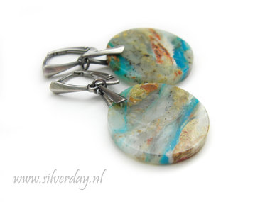 Handgemaakte  Oorbellen met Blauwe Opaal- Geoxideerd