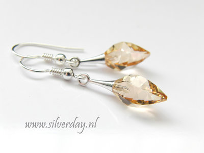 "Zilveren Oorbellen met Swarovski Twisted Drop ""Golden Shadow"""